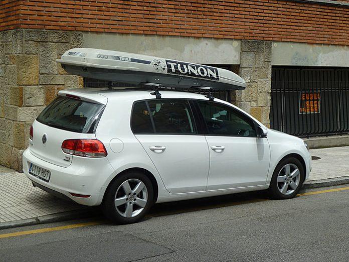 coffre de toit sur une voiture
